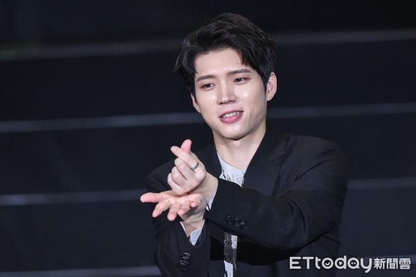 ▲▼INFINITE成員南優鉉示範恭敬版手指愛心三步驟。(圖/記者林敬旻攝)