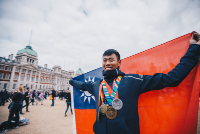 軍聞社新聞官完成世界六大馬拉松 創台灣最年輕紀錄