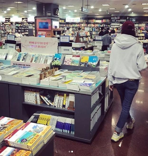 ▲潤娥逛書店。(圖/翻攝自IG/潤娥)