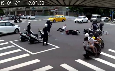 減速讓救護車 騎士被2後車追撞