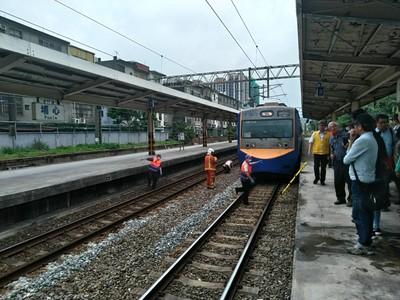 埔心站路人落軌遭撞!上下行列車延誤