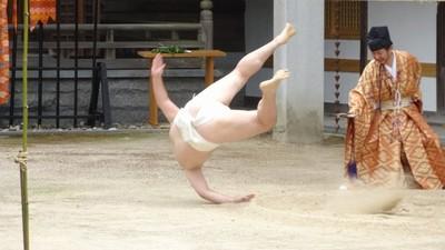 「一人相撲」演半天再自摔!原來是650年傳統儀式「PK稻之精靈」