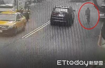 單車蛇行擦撞轎車移到對向…公車迎面將他撞死
