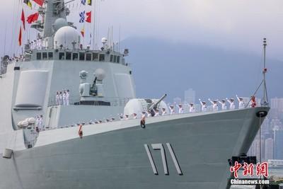 解放軍3艦赴港聯訓 港民搶拍照