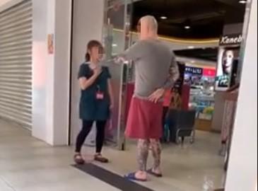 男滑倒怒飆女店員「男的我就揍妳」 網爆論戰