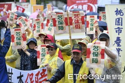 影/五一勞工大遊行開場! 逾6000人雨中上街高喊「勞工要多多」