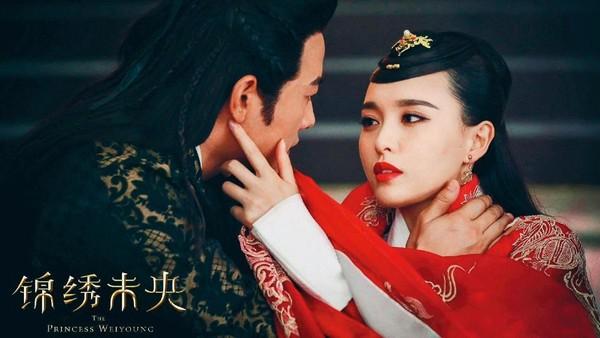 唐嫣(右)過往也曾演過宮鬥劇《錦繡未央》,角色人設是霸氣女主角,結果觀眾還是嫌棄她又演成了傻白甜。左為羅晉。