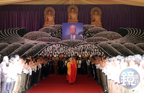 因羅結生前篤信佛教,全場依「佛制」舉行公祭,追思會當天有眾多政商人士到場致意。