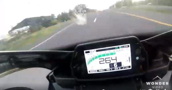 ▲▼重機騎士時速飆264公里,失控撞燈柱亡。(圖/翻攝自臉書/รวมข่าว ศูนย์รับแจ้งเหตุฉุกเฉิน ๑๙๑ เพชรบูรณ์)