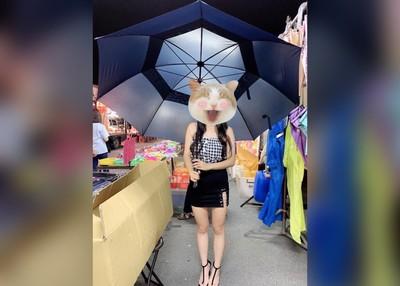 辣妹賣雨傘遇客買降落傘 怒:帶腦子出來