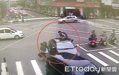 一中商圈車暴衝!4人傷10車損