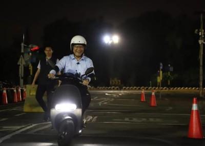 林佳龍學騎機車:老婆當第一個乘客