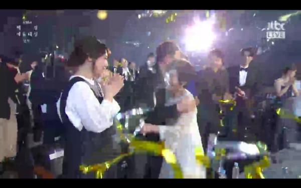 ▲▼《如此耀眼》金惠子奪大賞,韓志旼在身旁扶著她。(圖/翻攝自JTBC)