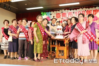 勞工模範母親表揚 黃偉哲向媽媽們致敬