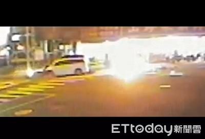 機車疑闖紅燈車禍起火人死車燒光