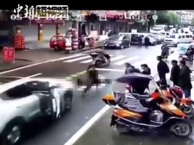 馬尾妹滑手機 狠男倒車加速直輾
