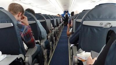 胖白男要空姐幫擦屁股 隔壁乘客自告奮勇解圍:我來!