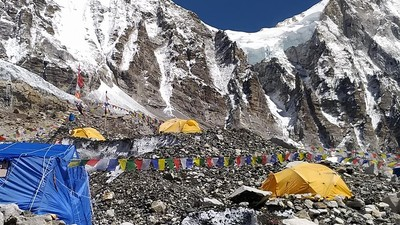 聖母峰冰岩區像脆笛酥! 誤踩就崩塌「冰瀑醫生」扛整個營地上山