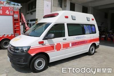 救護車逆向 機車騎士閃避不及撞上