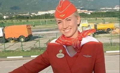 俄客機起火 空服員踹門丟客下機救命