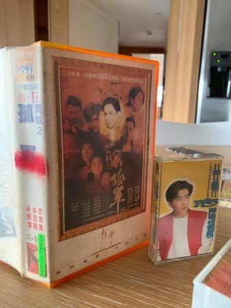 ▲林志穎看到粉絲「驚人收藏品」全簽名。(圖/翻攝自臉書/林志穎 Jimmy Lin)