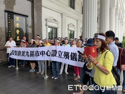 高雄150人舉布條 議場外反設殯儀館