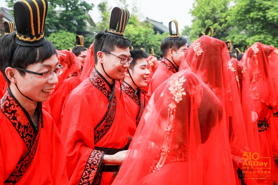 ▲▼5月10日是阿里巴巴的「阿里日」,馬雲在這一天為102對新人證婚。(圖/新浪科技/阿里巴巴)