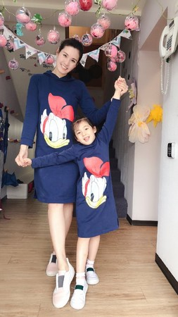 ▲5歲小泡芙身高已經超過王婉霏的腰部了。(圖/翻攝自微博/王婉霏)