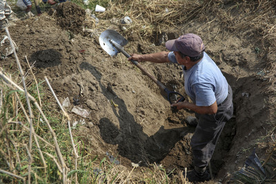 墨西哥發現35具屍體 家屬組隊自己挖