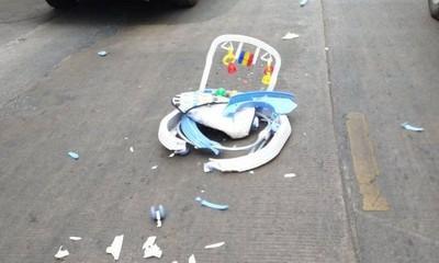 母忙盯手機 8月大嬰學步車滑道路上...慘遭卡車撞死