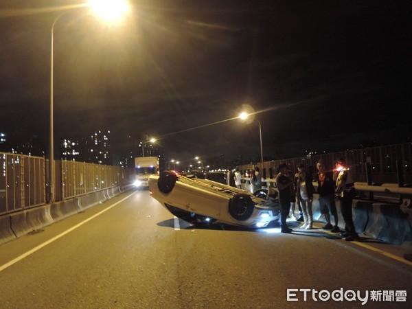▲▼夜跑翻車實錄!白色賓士在台65變換車道不當後追撞休旅車翻覆。(圖/記者陳豐德翻攝)