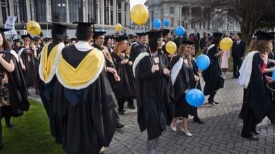 畢業季到!你知道畢業袍顏色代表什麼、又為什麼要穿學士服?