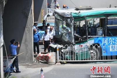 昆明一輛公車撞橋墩 9人受傷