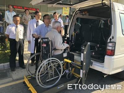 俊逸基金會 捐贈高榮台南分院復康巴士