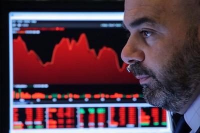 台積電、大立光跌逾1% 台股開盤跌43點失守10,900點