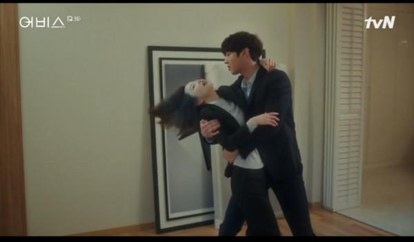 ▲雷/朴寶英發酒瘋是裝的!撒嬌摟住安孝燮...下秒直接撲床。(圖/翻攝自tvN)