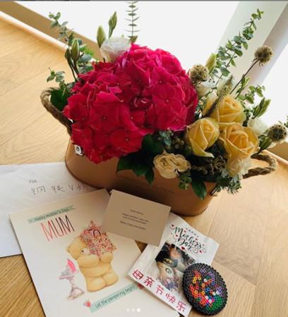 ▲兩位繼女和兒子送的母親節卡片跟禮物(圖/翻攝自徐若瑄IG)