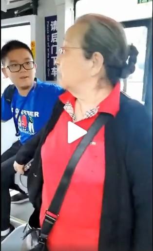 ▲▼網友搭公車偶遇「容嬤嬤」李明啟。(圖/翻攝自微博/新浪娛樂)