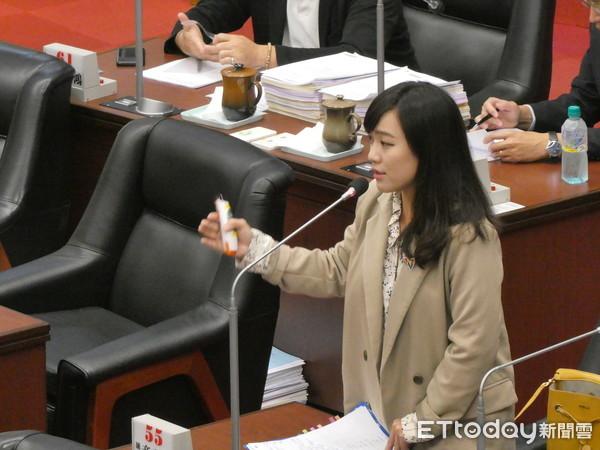 ▲高雄市议员黄捷质询副市长叶匡时。(图/记者赖君欣摄)