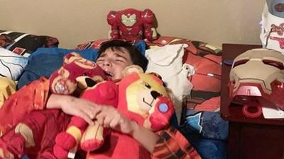 6歲童看《終局之戰》回家大哭!緊抱鋼鐵人玩偶不放,老爸傻眼:怎麼辦啦