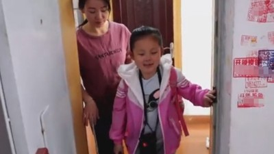 11歲盲女「獨自」上學 媽媽偷偷跟在旁邊擋車 不戳破才能養成自信