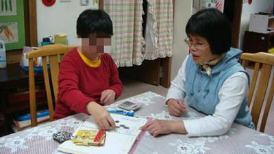 暖帶障礙兒回老家過年 「媽咪老師」奉獻20年照顧智青:這裡是他們的家