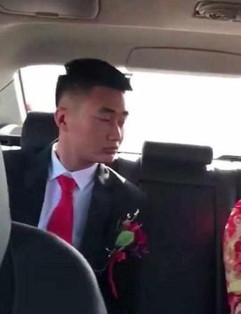 新娘在禮車內「霸氣坐姿」新郎當場看傻了眼! 網:「新郎婚後肯定被吃死死的」!