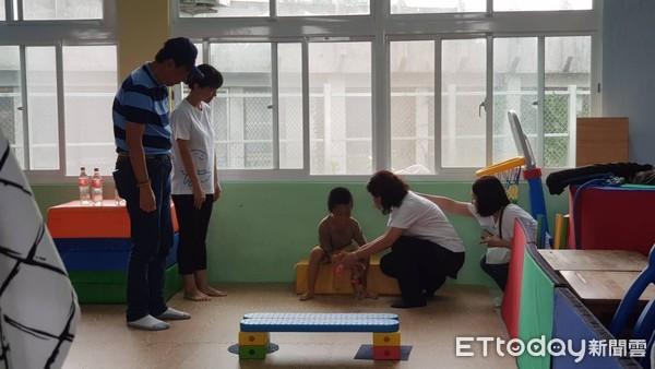 ▲�郭台铭参访台湾公益实践协会成功慢飞家园。(图/记者吕佳贤摄)