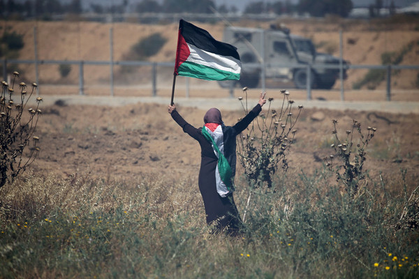 ▲▼15日是災難日71周年,示威者在加薩走廊及以色列邊境舉行紀念活動,在以色列軍隊面前高舉巴勒斯坦國旗。(圖/路透社)