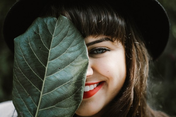 ▲woman,leaf,smile。(圖/取自免費圖庫Unsplash)
