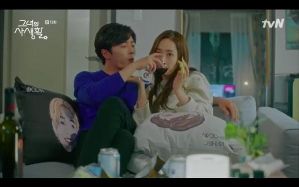 ▲▼ 《她的私生活》金材昱man爆公主抱朴敏英上床! 劇迷暴動:超甜床戲。(圖/翻攝自tvN)