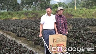 郭台銘早起進農地摘菜 張善政安排體驗小農生活