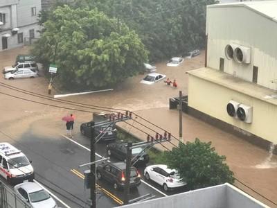 新竹暴雨泥水黃河 整排車快滅頂