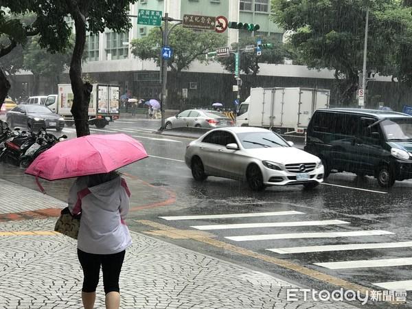 ▲▼大雨,豪雨,暴雨,下雨,雨天,梅雨,撐傘。(圖/記者賴文萱攝)